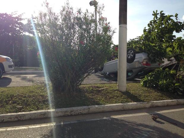 Carro atinge árvore e  capota na Avenida Beira Mar em Aracaju (Foto: Danilo Smith)