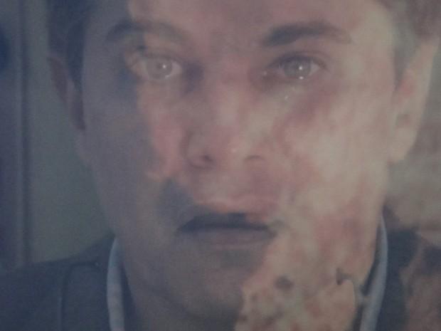 Felipe fica desesperado ao ver lancha explodindo (Foto: Guerra dos Sexos / TV Globo)