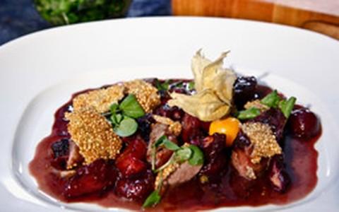 Magret de pato em crosta de quinoa com molho de frutas