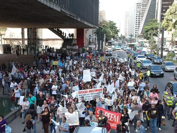 Professores da rede municipal fazem manifestação na Avenida Paulista e interditam faixas para o tráfego de veículos (Foto: J. Duran Machfee/Futura Press/Estadão Conteúdo)