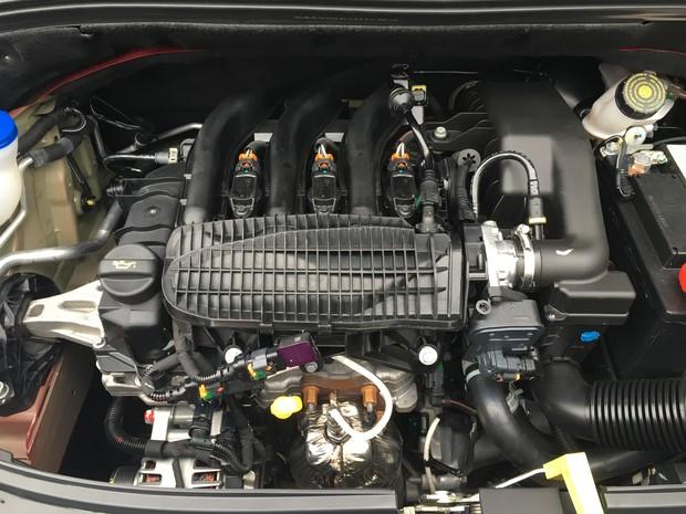 Motor 1.2 de três cilindros do Citroen C3 desenvolve 90 cv (Foto: André Paixão/G1)