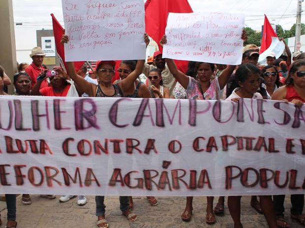 Mulheres agricultoras protestam contra a PPP e pela reforma agrária. (Foto: Juliane Peixinho/G1)
