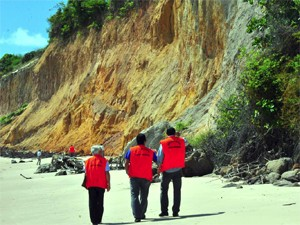 Pessoas se arriscam no pé da falésia (Foto: Divulgação/Secom-JP)