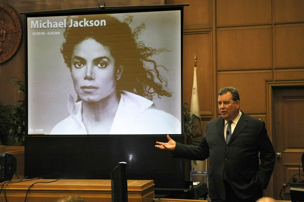 Brian Panish, advogado da família Jackson, faz seu argumento final (Foto: REUTERS/Al Seib)