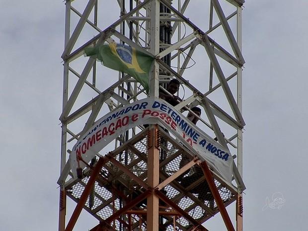 Policiais sobem em torre em protesto por nomeação (Foto: TV Verdes Mares/Reprodução)