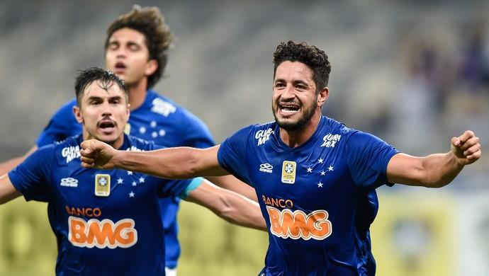 Léo, zagueiro do cruzeiro, comemora gol (Foto: Washington Alves/Light Press)
