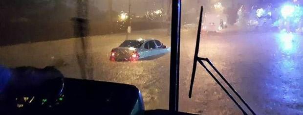 Carros ficaram cobertos pela água acumulada na pista em Esteio (Foto: Jéssica Matos/Arquivo Pessoal)