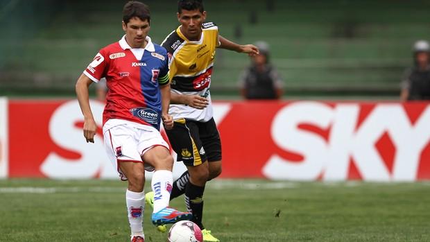 Lucio Flavio do Paraná e Marlon do Criciúma (Foto: Geraldo Bubniak / Ag. Estado)