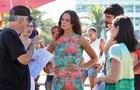 Diretor conversa com atrizes e equipe acompanha (Foto: Pedro Curi/ TV Globo)