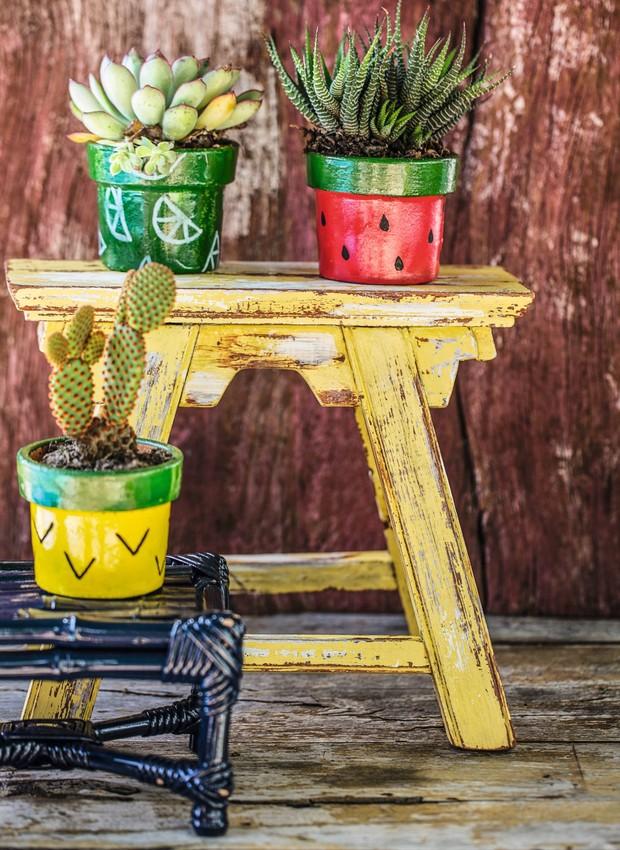 Para vasos com temática de frutas, use tinta em spray para a base e pincel para os detalhes. Bancos Ideia Única (Foto: Elisa Correa / Editora Globo)