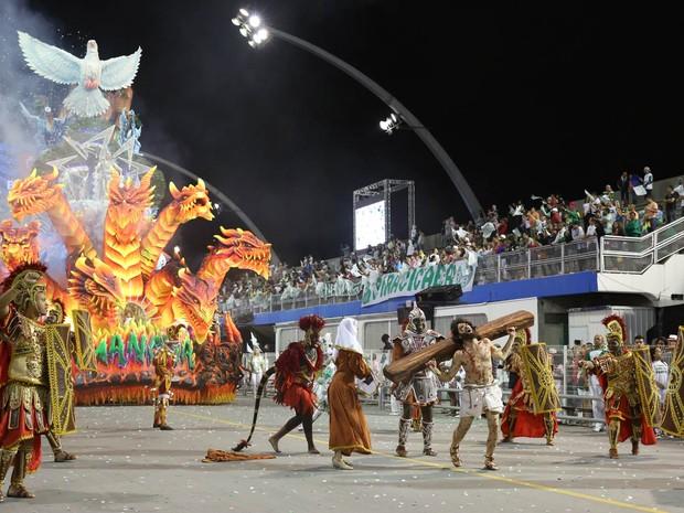 MANCHA VERDE - Ala leva integrantes vestidos de romanos ao sambódromo (Foto: Ardilhes Moreira/G1)