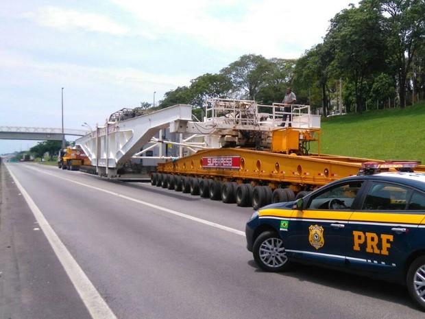 Mega carreta pesa 600 toneladas e 95 metros de comprimento. (Foto: Divulgação/PRF)