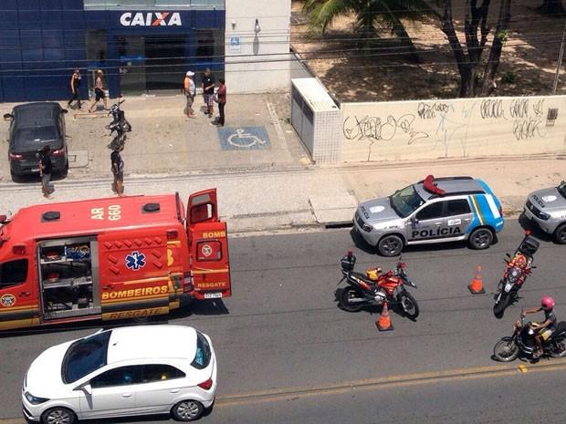 Segundo o 1º Batalhão da Polícia Militar, suspeitos estavam em um carro e uma moto. Eles roubaram dinheiro do banco, as armas e os coletes dos vigilantes (Foto: Reprodução / WhatsApp)