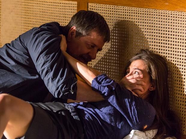 Reginaldo invade quarto de Cora e agarra megera (Foto: Artur Meninea/ Gshow)