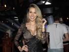 Adriana Sant'Anna arrasa com look decotado em show de Rodrigão