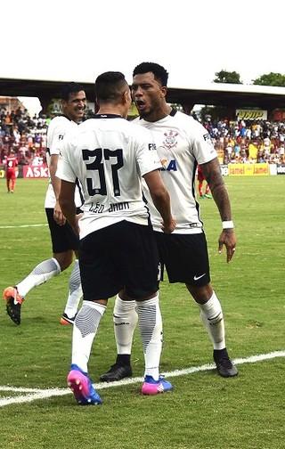 Audax x Corinthians comemora gol (Foto: Marcos Rilbolli)