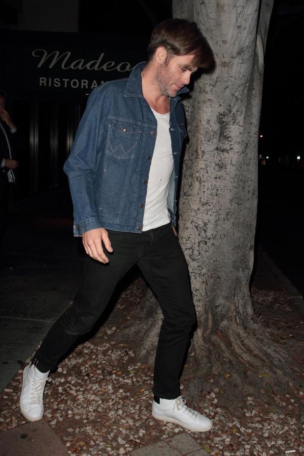 A jaqueta jeans em destaque no look de Chris Pine (Foto: AKM-GSI)