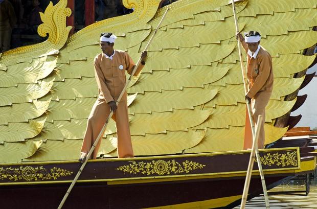 Dois remadores da Barca Real tratam de realizar a difícil manobra de aportar a embarcação em frente ao templo budista (Foto: Haroldo Castro/ÉPOCA)