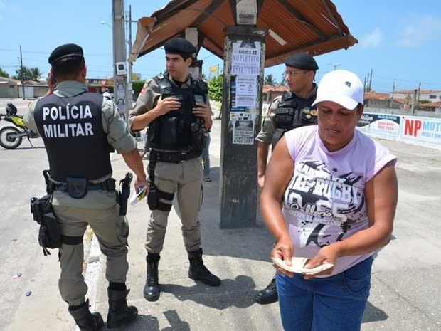 Nervosa, Aparecida mostra os dois mil reais que conseguiu emprestado para pagar os criminosos pelo falso resgate da filha (Foto: Walter Paparazzo/G1)