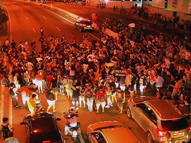 Estudantes fecham  BR-101, em Natal (Foto: Reprodução/InterTV Cabugi)