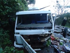 Motorista do caminhão sofreu lesões leves (Foto: PRF)