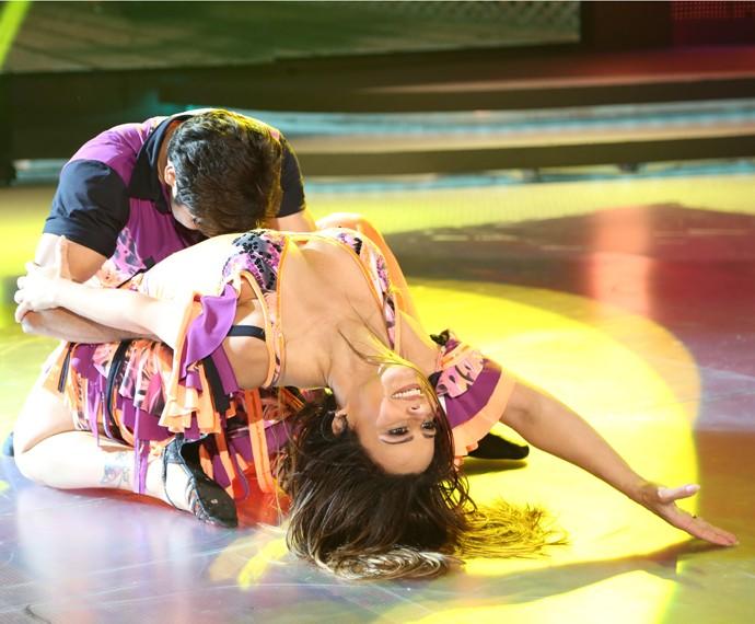 Viviane Araújo dança lambada show no palco do Dança dos Famosos (Foto: Carol Caminha / Gshow)
