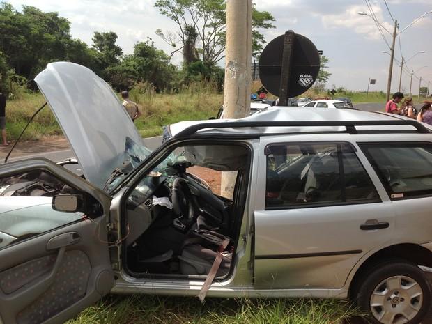 Grávida de 5 meses morreu após carro colidir com poste em Araraquara, SP (Foto: Felipe Turioni/G1)