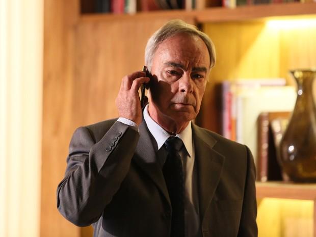 Dr. Merival fica surpreso com telefonema de Zé em número sigiloso (Foto: Isabella Pinheiro/ Gshow)