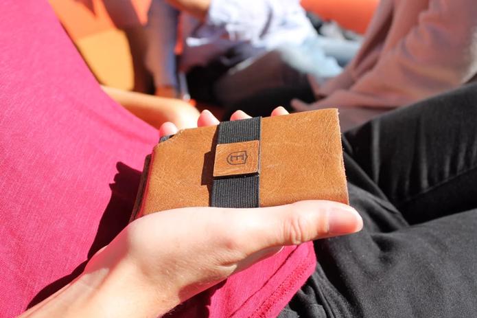 Carteira usa Bluetooth para se conectar ao celular e tem design fino (Foto: Divulgação/Ekster)