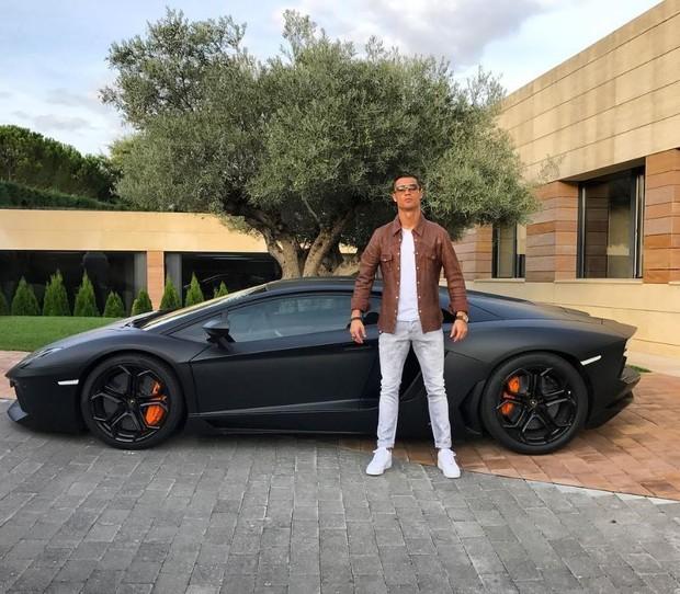 Cristiano Ronaldo posando ao lado de carro de luxo (Foto: Reprodução/Instagram)