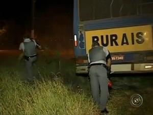 Em um dos ataques, PMs conseguiram evitar que o fogo atingisse um veículo (Foto: Reprodução / TV TEM)