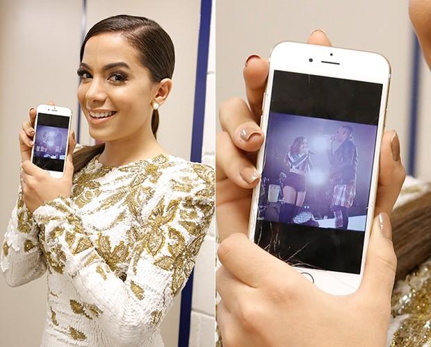 Anitta mostra foto do seu show (Foto: Artur Meninea / TV Globo)
