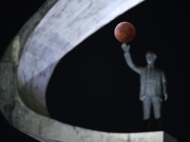 Eclipse lunar é visto em Brasília (Foto:  Ueslei Marcelino/ Reuters)