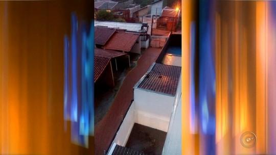 Casal fica ilhado em Bauru após Avenida Nações Unidas alagar; chuva causou vários estragos