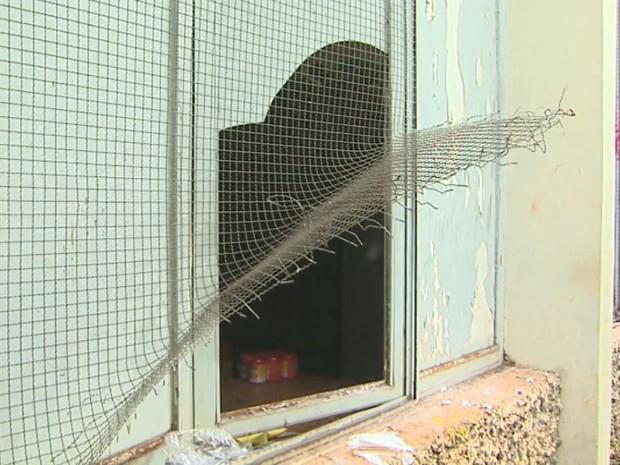 Janela do centro comunitário foi arrombada e vândalos tiveram acesso às salas (Foto: Paulo Souza/EPTV)