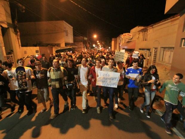 Manifestantes fizeram protesto nas ruas de Itapetininga (SP). (Foto: Rafael Almeida / TV TEM)