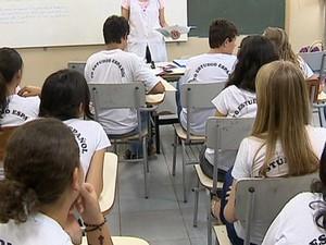 Estudantes aprendem novos idiomas no Centro de Estudo de Línguas de Prudente. (Foto: Reprodução/TV Fronteira)
