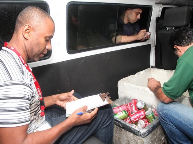 Fiscais apreendem cerveja vendida de forma ilegal em Santos (Foto: Marcelo Martins/Prefeitura de Santos)