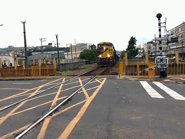 Passagem de nível ferrovia Juiz de Fora (Foto: Reprodução/TV Integração)
