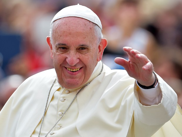 O Papa Francisco acena aos fiéis durante sua audiência semanal na Praça São Pedro, no Vaticano, na quarta (16) (Foto: AFP Photo/Vincenzo Pinto)