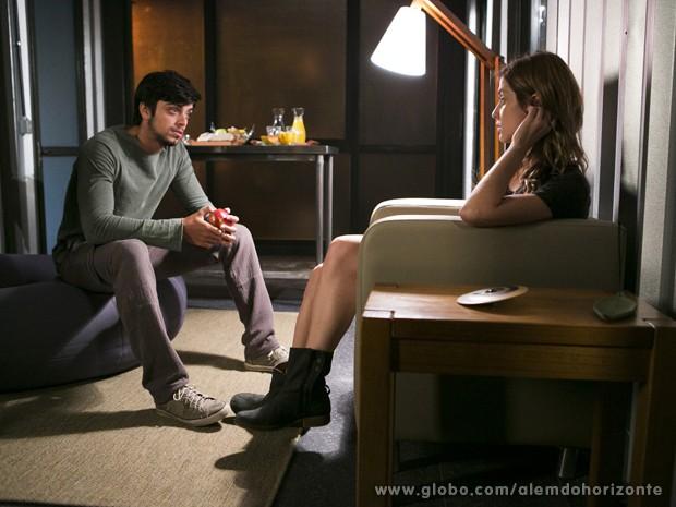 Paulinha fica chateada com a maneira com que Marlon a trata (Foto: Felipe Monteiro/TV Globo)