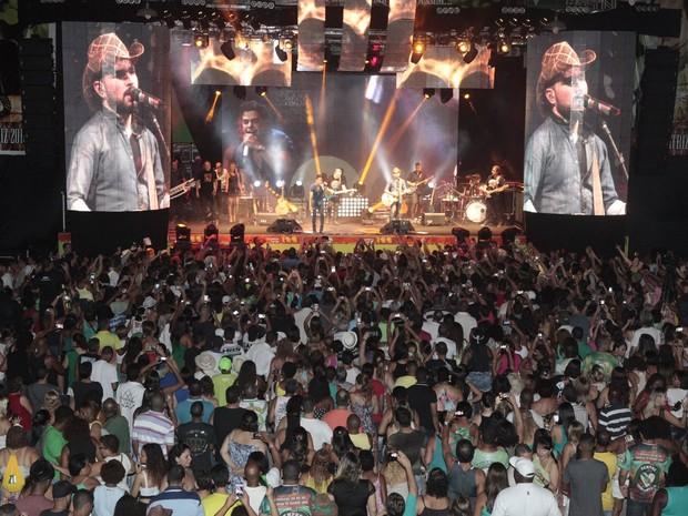Zezé Di Camargo e Luciano em show na Zona Norte do Rio (Foto: Isac Luz/ EGO)