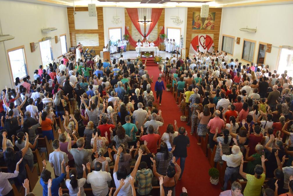 Católicos participam de missa em Ariquemes (Foto: Diêgo Holanda/G1)