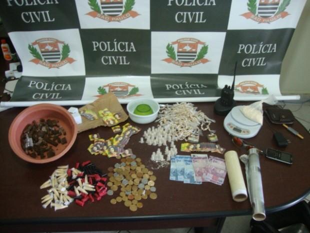 Drogas foram apreendidas com 'Cachorrão' e dois menores de idade (Foto: Divulgação / Polícia Civil)