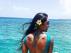 Amanda Djehdian posa de maiô diante de cenário paradisíaco