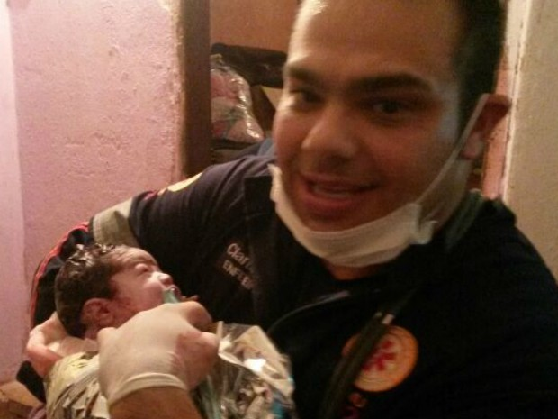 Enfermeiro Clarindo sorri ao lado da recém-nascida Clara (Foto: Divulgação/ Samu Itapetininga)