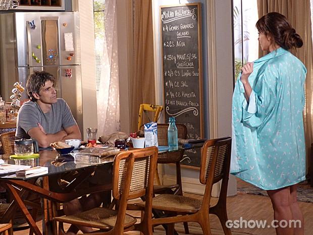 Clara exibe sua lingerie nova para Cadu, mas ele não quer saber de papo (Foto: Em Família/TV Globo)