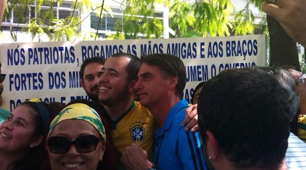 Jair Bolsonaro (PP-SP), deputado simpático ao regime militar, tira fotos com manifestantes na Avenida Paulista (Foto: Thaís Lazzeri)