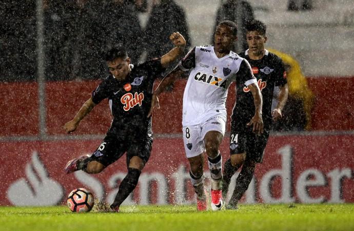 Elias; Atlético-MG; Libertad-PAR (Foto: Jorge Adorno/Reuters)