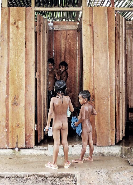 Meninos da aldeia nos banheiros coletivos  (Foto: Rogério Cassimiro/ÉPOCA)